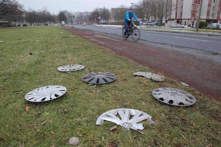 In Wurfweite zum Schlagloch ist dieser Radkappen-Friedhof entstanden.