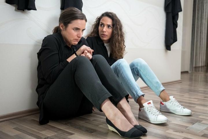 Kim Nowak gerät im Frisörladen, in dem ihre Mutter arbeitet, in eine Geiselnahme.