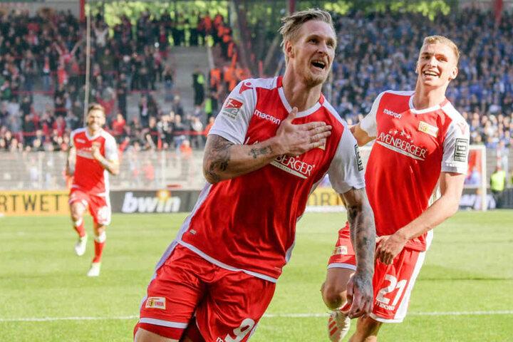 Sebastian Polter bejubelt mit Grischa Prömel seinen Treffer zum 3:0.