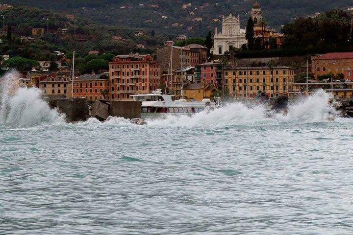 Wellen treffen auf das Ufer des Küstenortes. Die Schlechtwetterfront mit Starkregen und Sturmböen lähmt seit Tagen weite Teile Italiens.