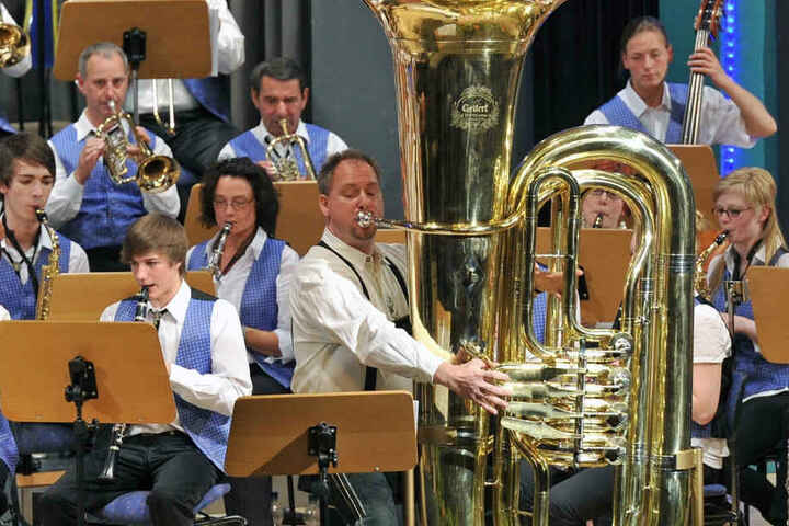 """Professor Jörg Wachsmuth an der über zwei Meter großen Tuba. Auf ihr bläst er den """"Hummelflug"""" in Rekordzeit."""