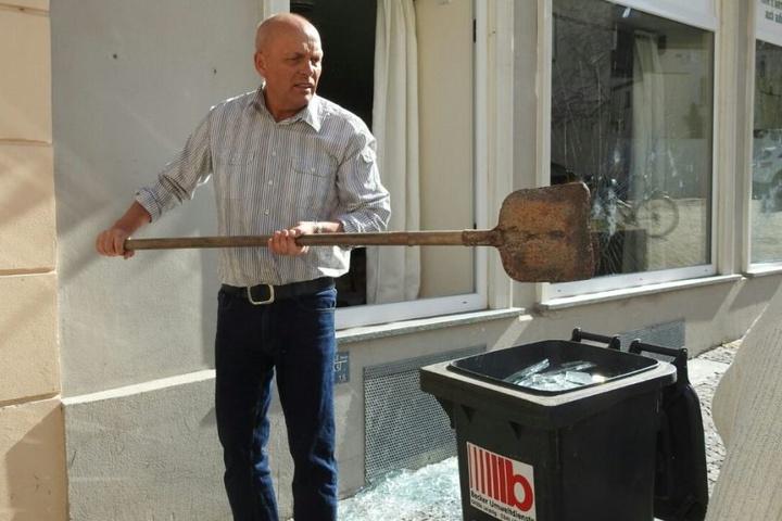 """Mathias Schkuhr, Inhaber des """"St. Wenzel/First Diner"""", füllt die Mülltonne mit unzähligen Glasscherben."""