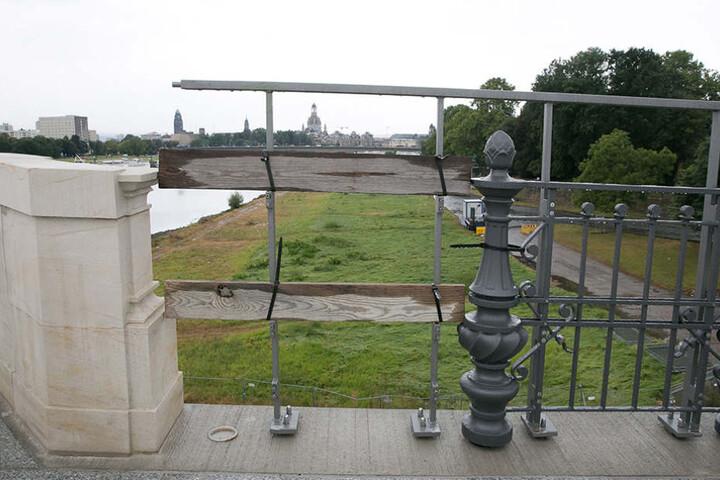 Wenn es um Brücken geht, leistet sich Dresden gern Peinlichkeiten. Hier das  neue Doppelgeländer. Weil das historische zu niedrig ist, hat es eine neues Geländer zur Absicherung bekommen. Das war sogar der Satiresendung extra 3 einen Beitrag wert.