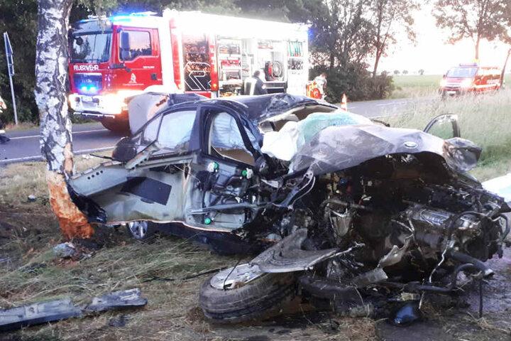 Der 19-Jährige verstarb noch an der Unfallstelle, der Rettungsdienst konnte nichts mehr für den jungen Autofahrer tun.