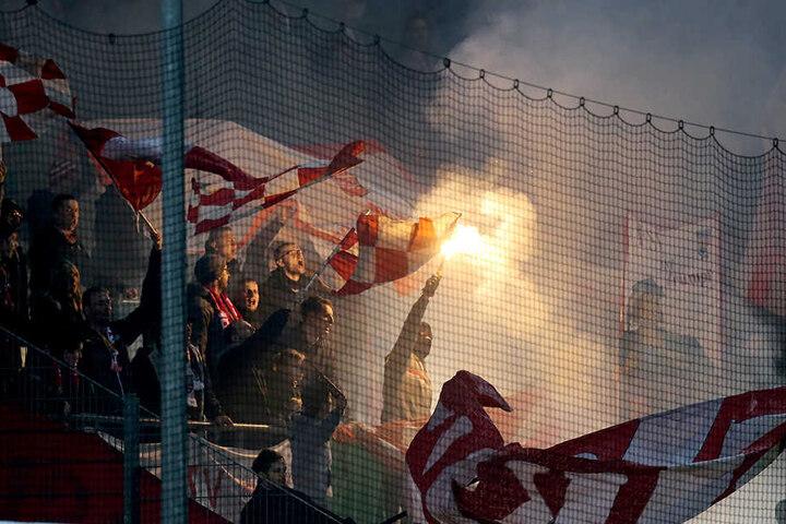 In Aalen brannten die Zwickauer Fans Pyrotechnik ab.