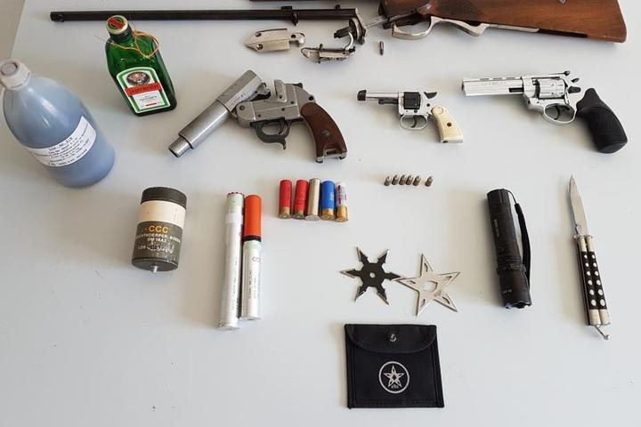 In der Wohnung fanden die Beamten auch verschiedenen Waffen, darunter ein Gewehr.