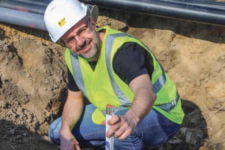 Wie auf Schatzsuche: Irgendwas finden die Bauleute immer! Hier begutachtet Steffen Lohmann eine alte Gasleitung.