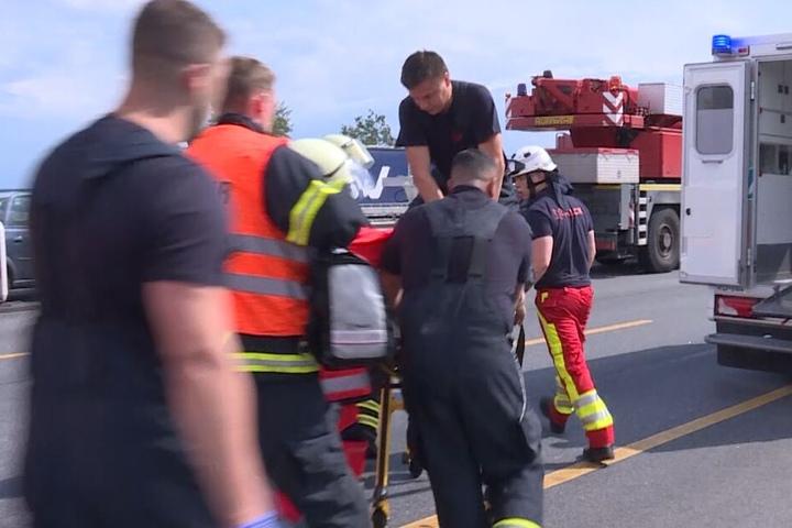 Rettungskräfte versuchten, den Lastwagenfahrer zu reanimieren.