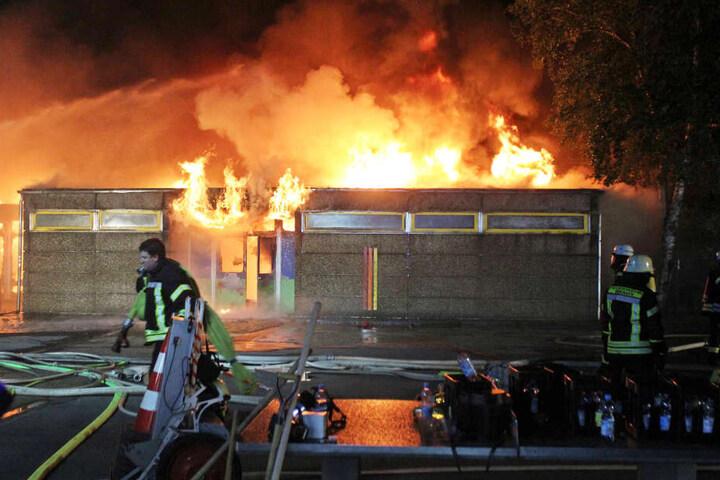Die Flammen schlugen zeitweise fast zehn Meter hoch in den Himmel.