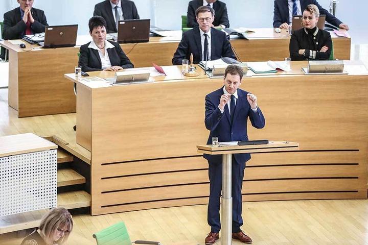 """Landesvater Michael Kretschmer (42, CDU) setzte in seiner Regierungserklärung (""""Unser Plan für Sachsen"""") andere Schwerpunkte als die Gleichstellung von Mann und Frau."""