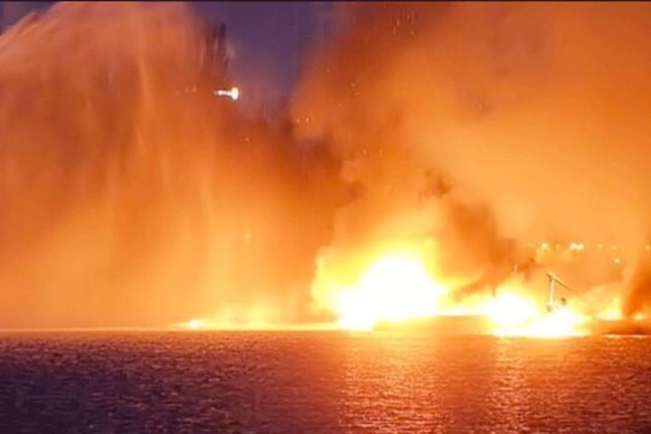 Die brennenden Boote treiben auf der Spree in der Rummelsburger Bucht.