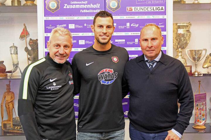 Die neue Nummer 1 Daniel Haas zusammen mit Präsident Helge Leonhardt (r.) und Trainer Pavel Dotchev (l.)