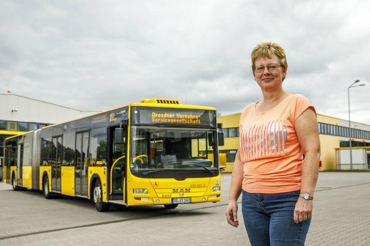 """Ein Bus, der meinen Namen trägt....Astrid Ladweg (56) von der Verkehrsservicegesellschaft (DVS) zeigt stolz """"ihren"""" Riesen."""