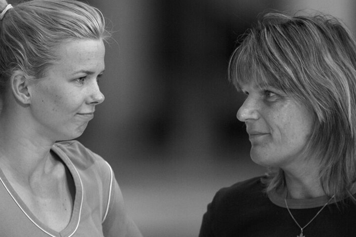 Andrea Pollack (re.) in ihrer Funktion als Physiotherapeutin im Gespräch mit Ex-Schwimmerin Britta Steffen.