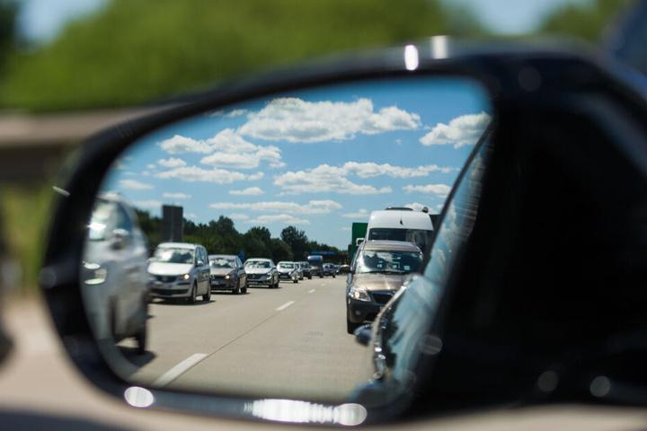 Blick in den Außenspiegel eines Autos, in dem zähfließender Verkehr auf der bei Bremerhaven zu sehen ist.