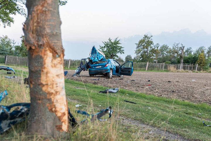 Der Fahrer war aus noch unklaren Gründen von der Straße abgekommen und gegen einen Baum geprallt.