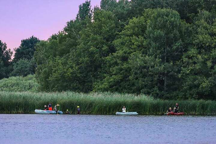 Feuerwehr und Wasserrettung suchten mit mehreren Booten nach dem Schwimmer. Auch ein Hubschrauber kreiste über dem Teich.