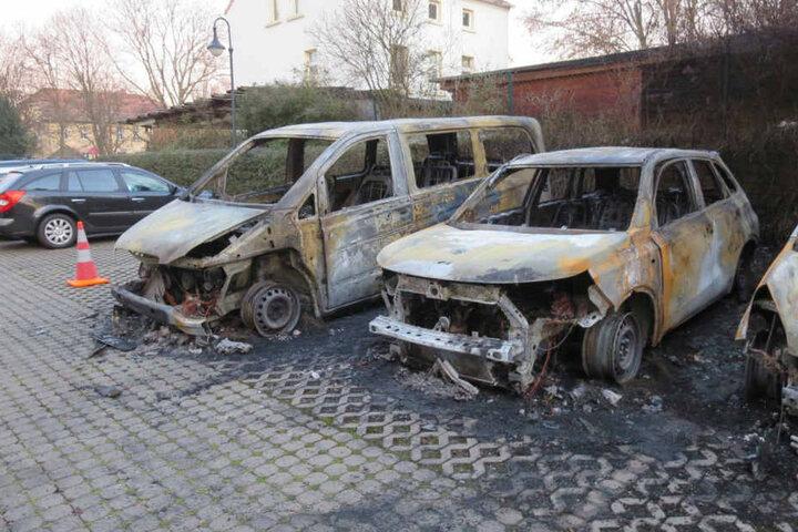 Die Kameraden konnten die Autos nicht mehr rechtzeitig löschen: Totalschaden.