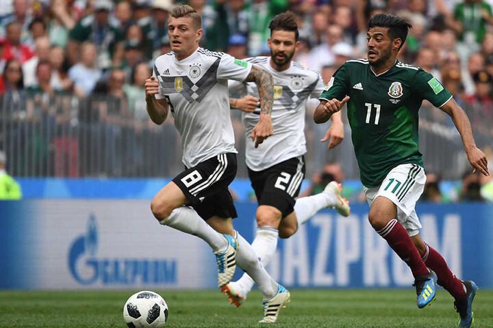 Deutschland läuft nur hinterhier. In diesem Fall verfolgen Toni Kroos (l.) und Marvin Plattenhardt (m.) Carlos Vela (r.).