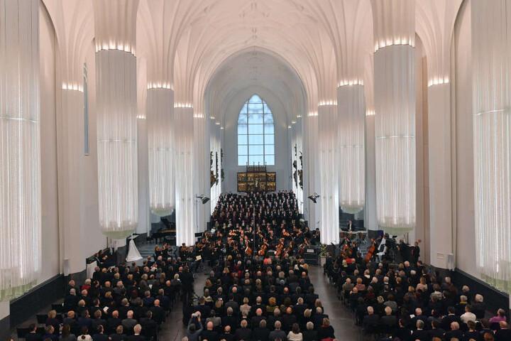 Blick in das Paulinum - die hängenden Glassäulen und das gotische Deckengewölbe verleihen dem Bau den Charakter einer Kathedrale.