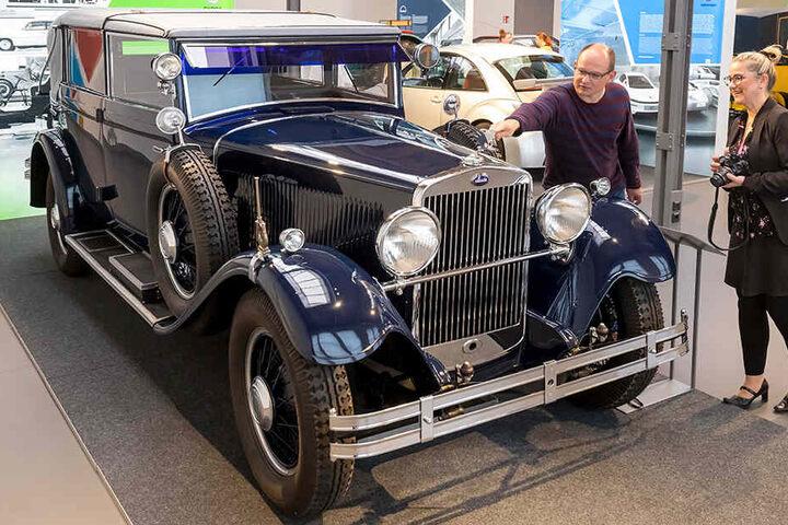Leiter Thomas Stebich (45) und Mitarbeiterin Annett Lang (49) präsentieren einen Skoda 860 Cabriolet, Baujahr 1932, in der neuen Ausstellung im Horch-Museum.