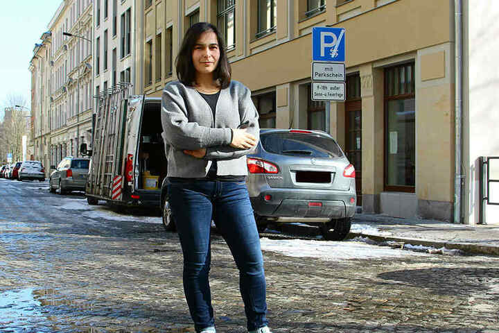 ADB-Geschäftsführerin Sotiria Midelia (37) vor ihrer künftigen Zentrale. Die Leipzigerin leitet das sachsenweite Modellprojekt.