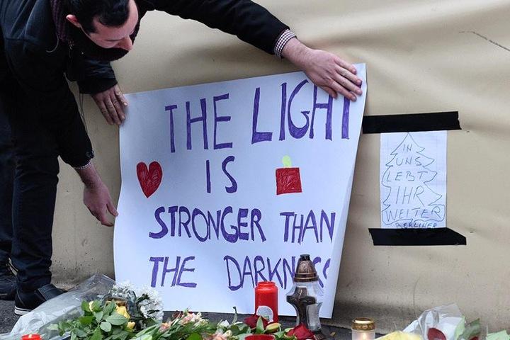 Trauer um die Opfer: An der Anschlagstelle wurden Blumen abgelegt, Transparente und Kerzen aufgestellt.