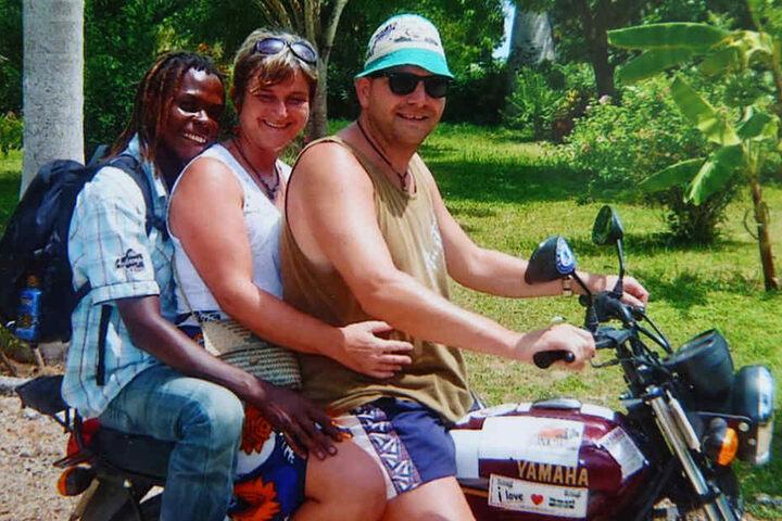 Zu dritt auf zwei Rädern unterwegs - in Kenia nicht unüblich.
