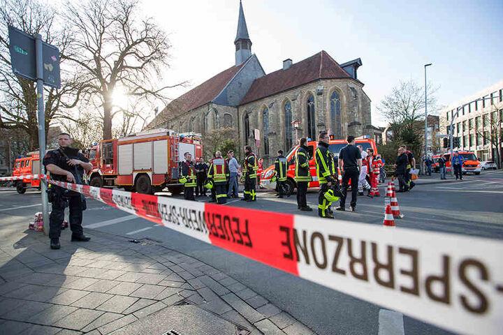 Teile der Innenstadt rund um den Tatort sind abgesperrt.