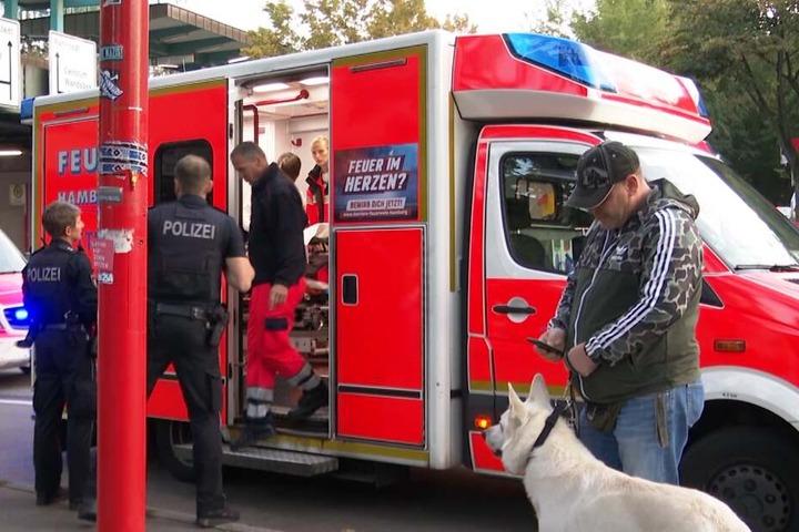 Einer der Verletzten wird im Rettungswagen behandelt.