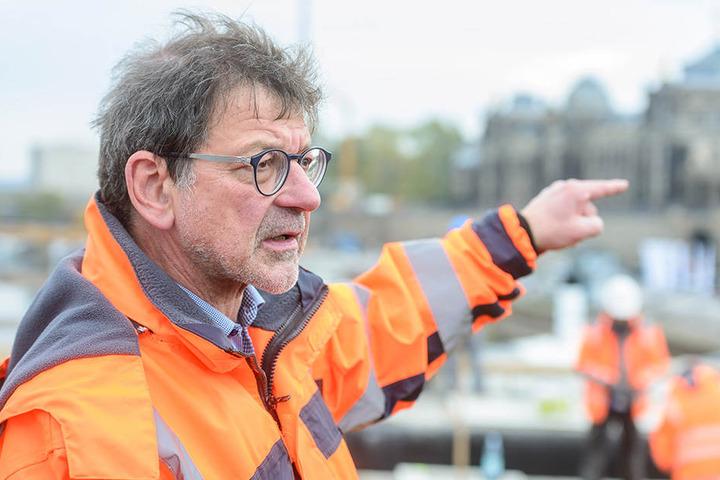 Straßen- und Tiefbauamtsleiter Reinhard Koettnitz (63) kann wegen des Natur- und Wasserschutzes nicht überall streuen lassen.