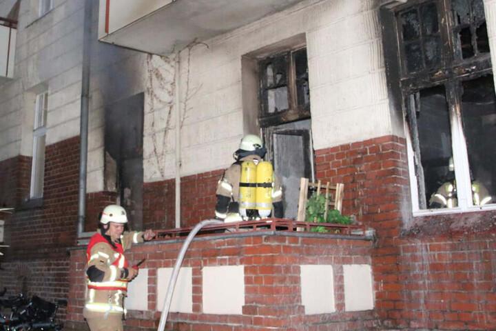 Die Feuerwehr bekam das Feuer schnell in den Griff, dennoch brannte die Wohnung vollständig aus.