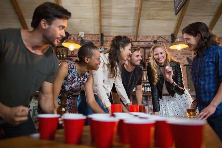 Beer-Pong ist ein Klassiker, der natürlich auch an Halloween nicht fehlen darf.
