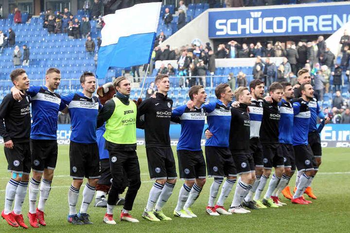 Nach dem 2:0-Sieg gegen Darmstadt ließ sich die Mannschaft von den Fans feiern.