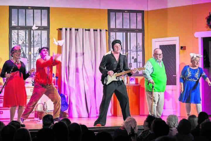 Mit Koteletten und Bart: Als schwuler Elvis rockt Thomas Böttcher neben Holger Blum und Gabi Köckritz (v.l.) über die Bühne.