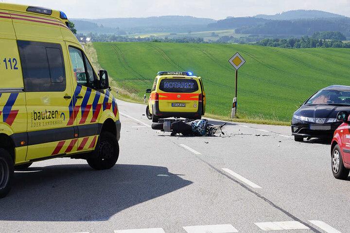 Ein Motorradfahrer kam bei einem Zusammenstoß mit einem Auto ums Leben.