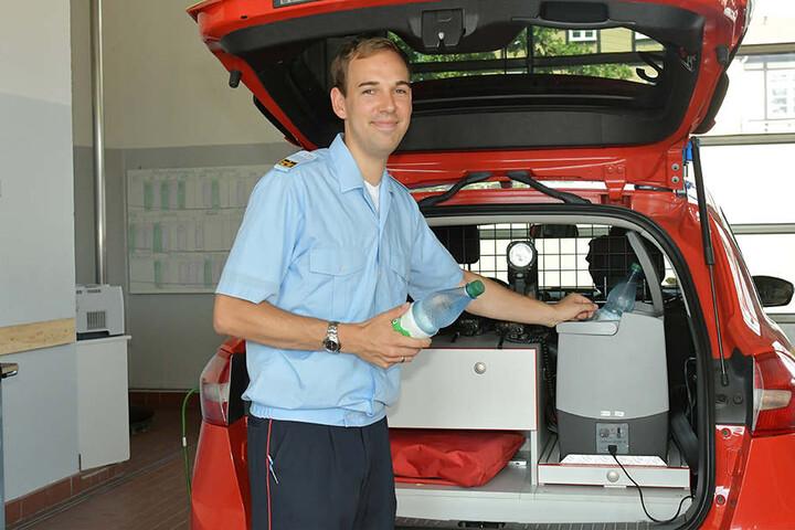 Auch auf der Feuerwache Übigau kämpfen die Feuerwehrleute mit der Sommerhitze. Brandrat Björn Petrick (27) mit Kühltasche und Kaltgetränken im Kommandowagen.
