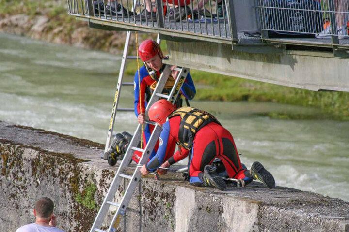 Die Helfer ließen Leitern zur Isar hinab und retteten die Hobby-Kapitäne.