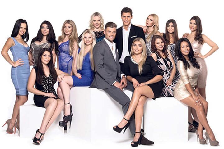 """Cannes, Monaco, Saint-Tropez und diese zwölf bezaubernden Damen lernte Miroslav Slavov (hint.) bei den Dreharbeiten für """"Rendezvous im Paradies"""" kennen."""