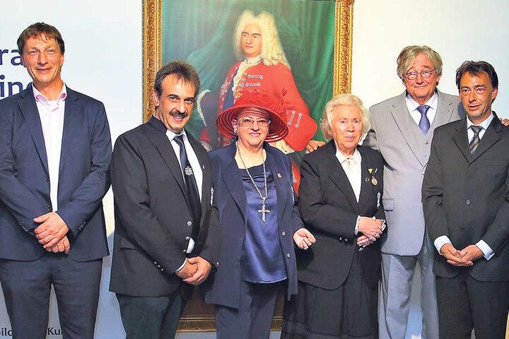 Der Adel stellt sich auf (v.l.): Prinz Arne (39), Roland von Kuck (48), Ehrendame Monika von Wrobel-Schwarz, Prinzessin Elmira (86), Prinz Rüdiger (62), Prinz Daniel (41).
