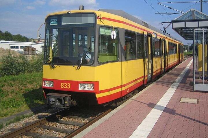 Eine Straßenbahn der Linie 32 erfasste den Traktor (Archivbild).