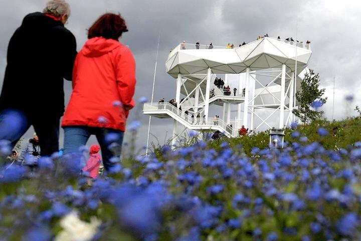 """Besucher laufen auf die Aussichtplattform """"Wolkenhain"""" zu."""