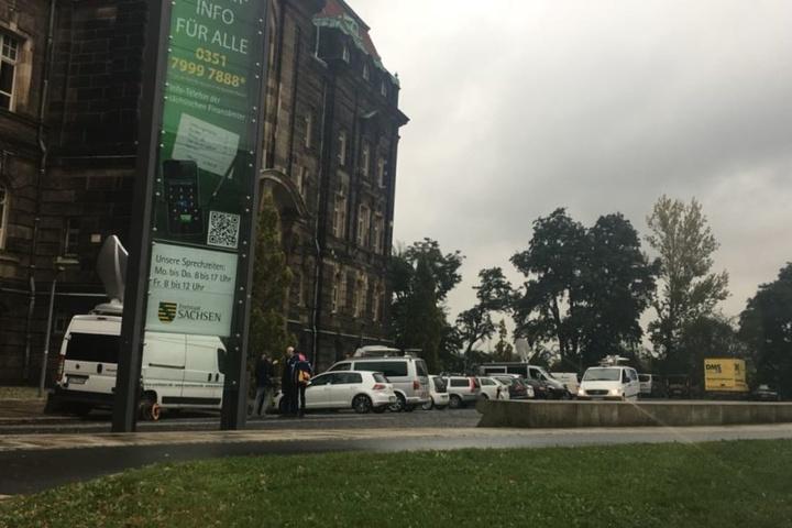 Vor der Staatskanzlei in Dresden warten Pressevertreter auf den Start der Pressekonferenz um 11 Uhr.