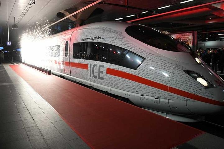 Der Sonderzug fährt am Freitagabend mit fast zwei Stunden Verspätung in München ein.