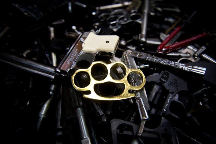 Die Angreifer waren mit Schlagringen und Schlagstöcken bewaffnet. (Symbolbild)