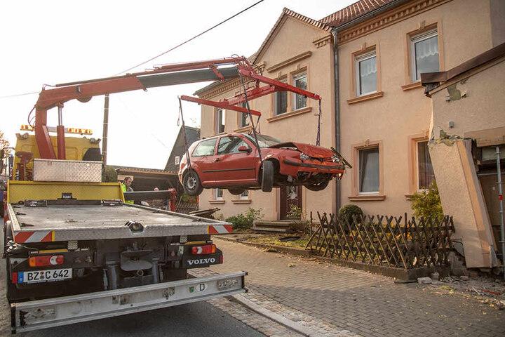 Erst am Sonntagmorgen konnte der Unfallwagen geborgen und abtransportiert werden.