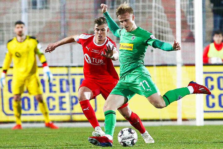 Das Benefizspiel gegen Borussia Mönchengladbach - hier Oscar Wendt (r.) vor Kevin Hoffmann am Ball - spülte 62.000 Euro in die FSV-Kasse.