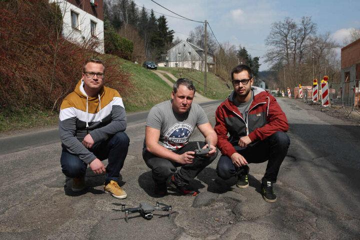 Benjamin Wagner, Mario Schmieder und Marcus Jehmlich (v.l.) haben die Zustände der Staatsstraßen mit einem Drohnen-Film dokumentiert.