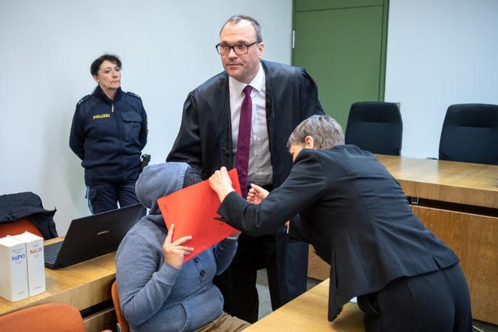 Die Angeklagte sitzt vor Prozessbeginn im Gerichtssaal.