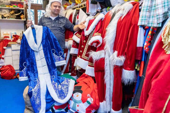 Der klassische rote Mantel oder doch lieber Väterchen Frost? Miet-Weihnachtsmann Michael Schreinert (48) hat genügend Kostüme im Fundus.